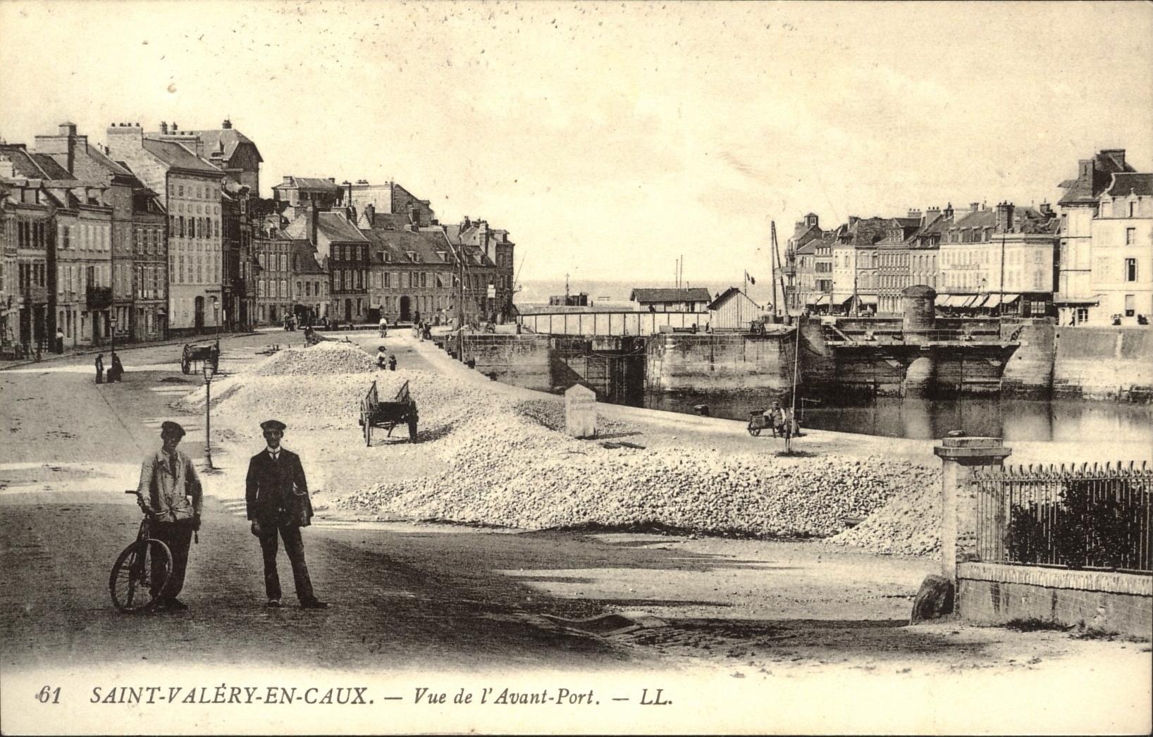 Saint-Valery-en-Caux  Vue de l'Avant-Port  (Flints on the wharf) early 1900s