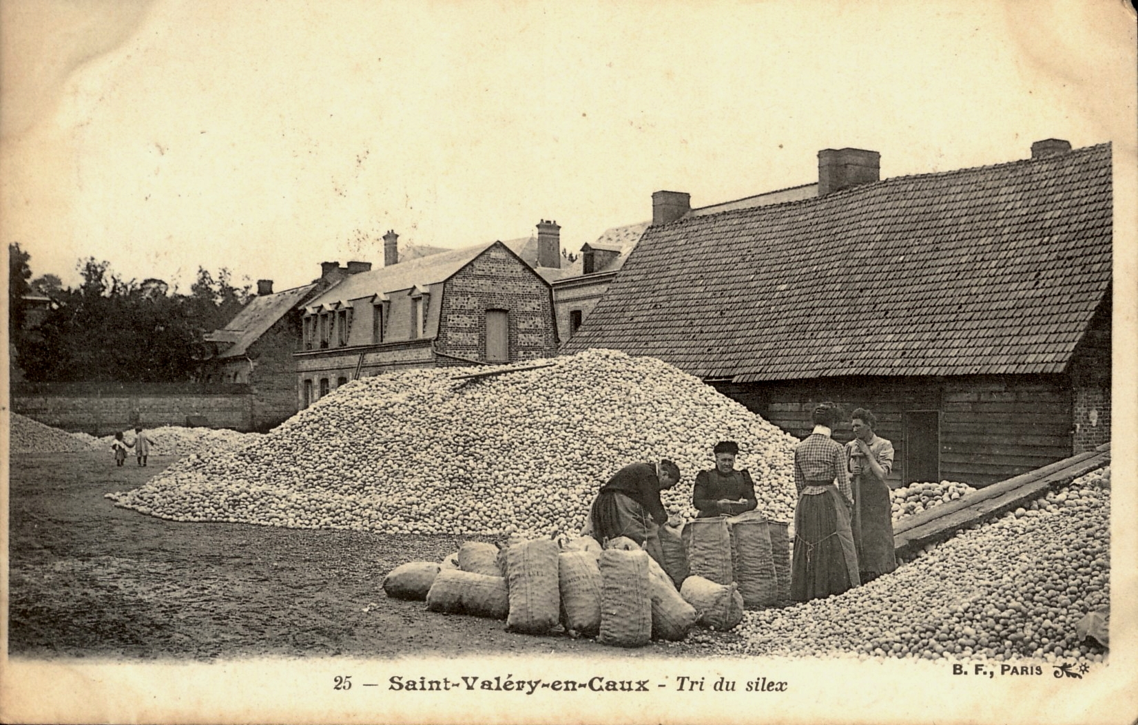 Saint Valery en Caux - Tri du silex (sorting flints) early 1900s